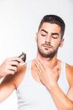 Hombre hermoso joven que arregla su barba Foto de archivo libre de regalías