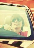 Hombre hermoso joven que conduce el coche convertible Fotografía de archivo libre de regalías