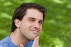 Hombre hermoso joven que mira cuidadosamente la cámara Foto de archivo libre de regalías