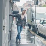 Hombre hermoso joven que presenta en las calles de la ciudad Fotografía de archivo