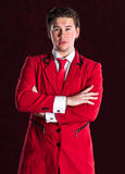 Hombre hermoso joven sonriente elegante en traje rojo Imágenes de archivo libres de regalías