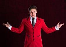 Hombre hermoso joven sonriente elegante en traje rojo Foto de archivo libre de regalías