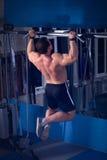 Hombre hermoso, potente, fuerte que presenta en el gimnasio Imagenes de archivo