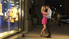 Hombre hermoso que admira a su novia hermosa el la fecha, pagándole cumplidos almacen de metraje de vídeo