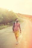 Hombre hermoso que camina en un camino del campo Imágenes de archivo libres de regalías