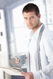 Hombre hermoso que consigue listo por la mañana Fotografía de archivo