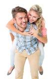 Hombre hermoso que da a cuestas a su novia Imágenes de archivo libres de regalías