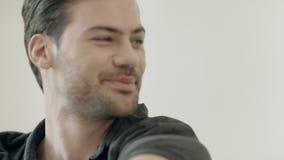 Hombre hermoso que despierta por mañana Hombre feliz que estira en cama en casa metrajes