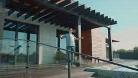 Hombre hermoso que estira en terraza Disfrute de la forma de vida del ?xito