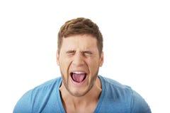 Hombre hermoso que grita ruidosamente Foto de archivo