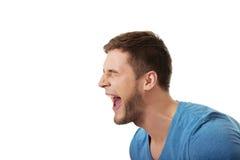 Hombre hermoso que grita ruidosamente Foto de archivo libre de regalías