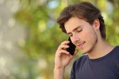 Hombre hermoso que habla en el teléfono móvil Fotografía de archivo