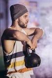 Hombre hermoso que hace ejercicio con pesas de gimnasia fotos de archivo libres de regalías