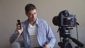 Hombre hermoso que hace el blog video almacen de metraje de vídeo