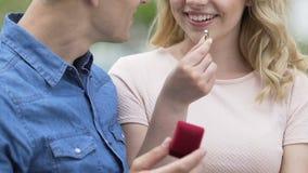 Hombre hermoso que hace la oferta a su novia rubia hermosa, momento feliz almacen de video