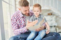 Hombre hermoso que juega con el hijo