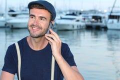 Hombre hermoso que llama por el teléfono del puerto Imágenes de archivo libres de regalías