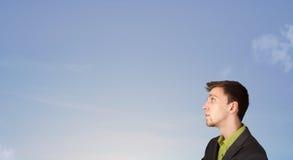 Hombre hermoso que mira el copyspace del cielo azul Fotos de archivo