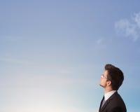 Hombre hermoso que mira el copyspace del cielo azul Imagenes de archivo