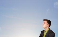 Hombre hermoso que mira el copyspace del cielo azul Imágenes de archivo libres de regalías
