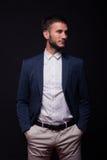 Hombre hermoso que mira el traje oblicuo elegante Foto de archivo libre de regalías