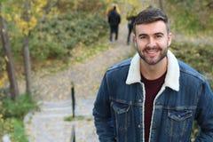 Hombre hermoso que oscila una chaqueta intemporal del dril de algodón del invierno foto de archivo