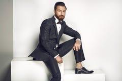Hombre hermoso que presenta en un traje elegante Imágenes de archivo libres de regalías