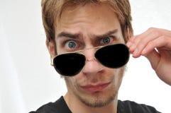 Hombre hermoso que quita las gafas de sol del aviador Foto de archivo libre de regalías