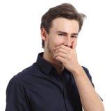 Hombre hermoso que ríe mientras que cubre su boca con una mano Imágenes de archivo libres de regalías