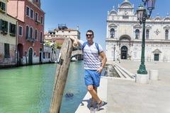 Hombre hermoso que se coloca en el puente en Venecia, Italia fotos de archivo
