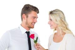 Hombre hermoso que sonríe en la novia que sostiene una rosa Imágenes de archivo libres de regalías