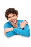 Hombre hermoso que sonríe en letrero en blanco Fotografía de archivo
