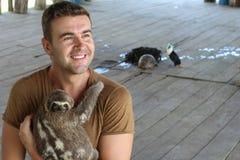 Hombre hermoso que trabaja en refugio para animales fotografía de archivo libre de regalías