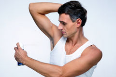 Hombre hermoso que usa el desodorante Imagen de archivo