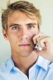 Hombre hermoso que usa el teléfono móvil elegante Fotografía de archivo