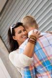 Hombre hermoso romántico que abraza a su novia Foto de archivo