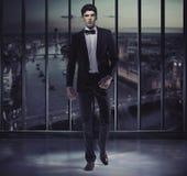 Hombre hermoso serio en el top del rascacielos Foto de archivo