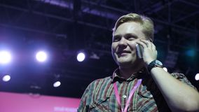 Hombre hermoso Smartphone Hombre joven, de moda que se coloca con smartphone almacen de metraje de vídeo