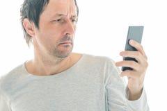 Hombre hermoso usando el teléfono móvil aislado en el fondo blanco fotos de archivo libres de regalías