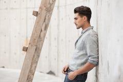 Hombre hermoso vestido en una camisa de los tejanos Foto de archivo libre de regalías