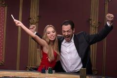 Hombre hermoso y mujer hermosa en casino imagen de archivo