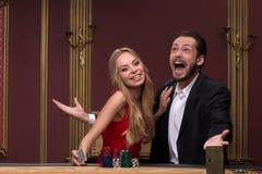 Hombre hermoso y mujer hermosa en casino imágenes de archivo libres de regalías