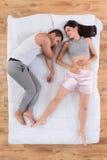 Hombre hermoso y mujer que duermen junto en cama Fotos de archivo libres de regalías