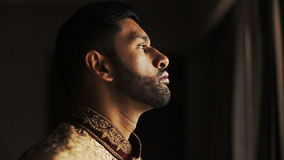 Hombre hindú pensativo en traje de oro y rojo de la boda almacen de metraje de vídeo