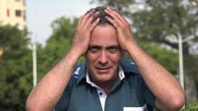 Hombre hispánico adulto infeliz almacen de video
