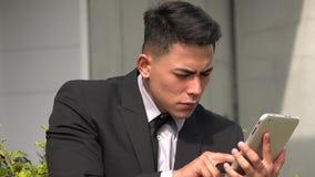 Hombre hispánico confuso usando el teléfono celular metrajes