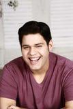 Hombre hispánico de risa Fotografía de archivo