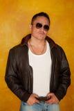 Hombre hispánico en la chaqueta experimental Imagen de archivo