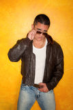 Hombre hispánico en la chaqueta experimental Foto de archivo libre de regalías