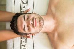 Hombre hispánico en un balneario de la salud imágenes de archivo libres de regalías